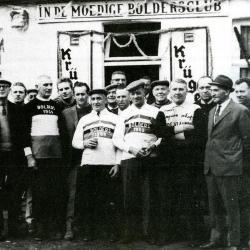 Groep krulbolders aan het lokaal 'In De Moedige Boldersclub' Bassevelde