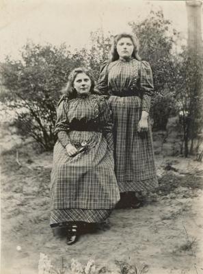 Paula en Ady Enke in 1893