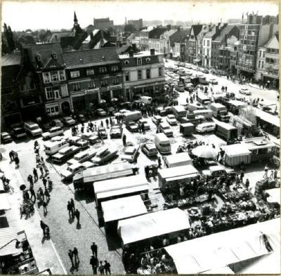Zicht op de wekelijkse marktdag in Eeklo in 1967