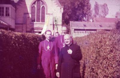 Pastoor Jozef De Wilde aan kappel van het klooster
