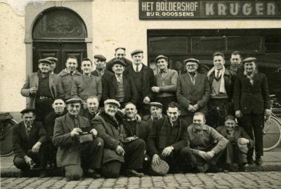 """Groep krulbolders aan het lokaal """"Het Boldershof"""" bij Goossens te Boekhoute"""