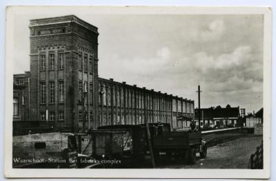 Postkaart zicht op station en fabriekscomplex, Waarschoot.