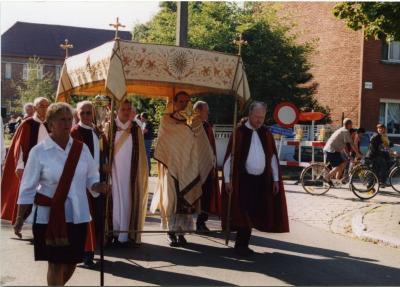 Pastoor met monstrans in de processie van Rieme, 2003