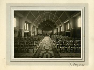 Zicht op het interieur van Sint-Barbara van onder het doksaal