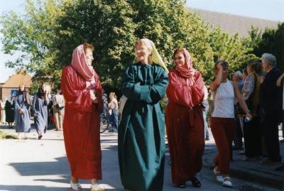 Parochianen en buurtbewoners in de processie van Rieme, 2003(II)