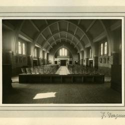 Zicht op het interieur van Sint-Barbara vanuit het koor