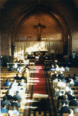 Zicht op het schip tijdens van huwelijksmis, 1988