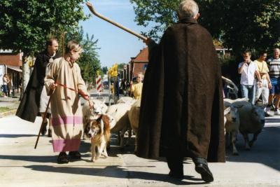 Herder met schapen in de processie van Rieme, 2003(II)