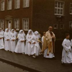 Communicanten op weg naar de pastorij, 1985