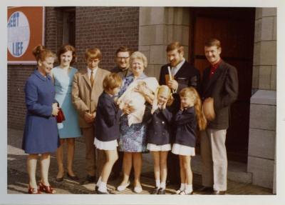 Familieportret van de familie Genbrugge-Heye bij de kerk van Rieme, 1970
