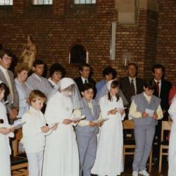 Communicanten tijdens plechtige communie (II), 1985