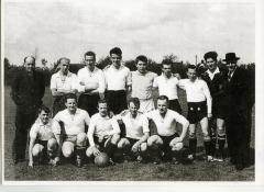 Eerste voetbalploeg Harop met voorzitter en scheidsrechter, 1960