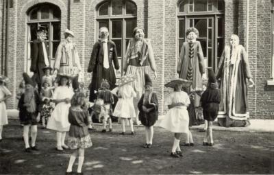 Reuzen in Eeklo tijdens bevrijdingsstoet in 1945