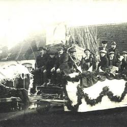 Praalwagen in de plechtige inhuldigingsstoet voor pastoor Masier, Bassevelde 1914